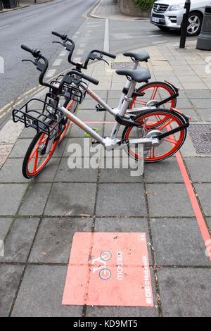 Mobike bike Kostenteilung stand in Acton, London. Mobike wurde von Beijing Mobike Technology Co. gegründet. - Stockfoto