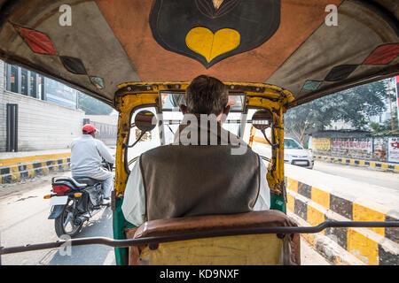 AGRA - Indien am 6. Dezember 2017. Eine Rikscha (auch als Tuc Tuc bekannt) Treiber ist das Fahren in den Straßen von Agra in Indien. Agra ist eine Stadt am Ufer des Th