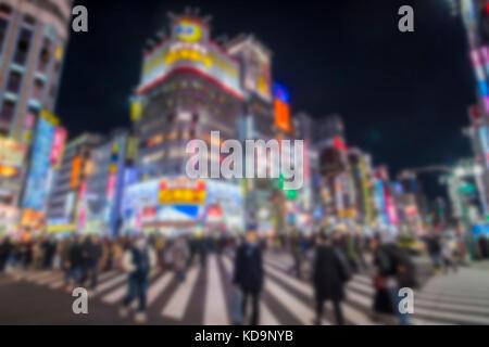 Unscharfes Bild. Die Menschen sind über eines der geschäftigsten Viertel von Japan Kreuzung in Shinjuko Bezirk in - Stockfoto