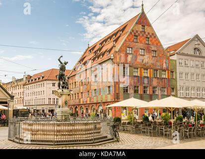 Augsburg, Deutschland - 19. August: Altstadt mit Merkur Brunnen und weberhaus Haus in Augsburg, Deutschland Am 19. - Stockfoto