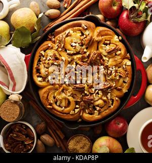 Zimtrollen mit Äpfeln, Karamell und Pecan - Stockfoto