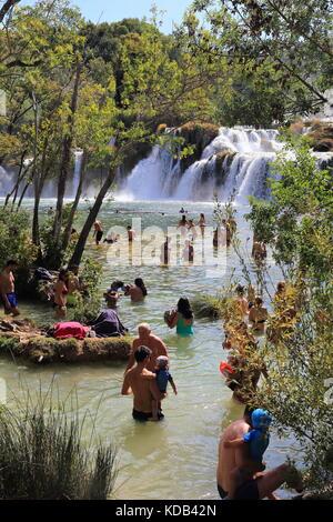 Massen von Touristen in der Badewanne in den Gewässern des Skradinski buk Wasserfälle von Krka Nationalpark in Kroatien - Stockfoto