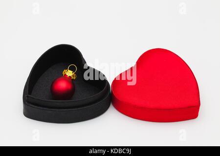 Weihnachtsdekoration in offenen samt Box auf dem weißen Tisch - Stockfoto