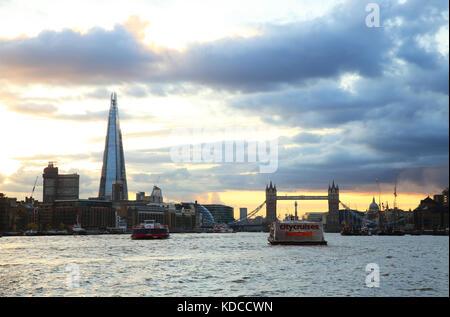 Skyline von London mit dem Shard und Tower Bridge, bei Sonnenuntergang, in England, Großbritannien - Stockfoto