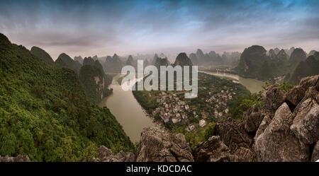 Panorama mit Li River bei Sonnenaufgang, bekannt für schöne Landschaft in China. - Stockfoto