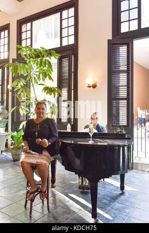 Sänger und Pianist im Hotel Ambos Mundos Havanna - Stockfoto