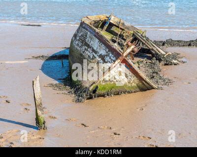 Ein versunkenes Wrack eines Fischerbootes in Orford Ness in Suffolk, Großbritannien - Stockfoto