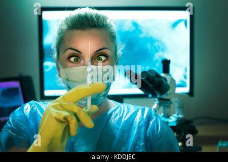 Verrückter Wissenschaftler ist, halten Sie die Spritze in der für das Labor - Stockfoto