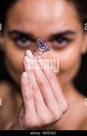 """London, Großbritannien. 13 Okt, 2017. """"Die Raj Pink', dem weltweit größten bekannten Fancy Intense Pink Diamond, - Stockfoto"""
