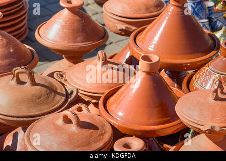 Traditionelle Keramik tagins zum Verkauf in Stadt Markt in Meknes. Marokko - Stockfoto