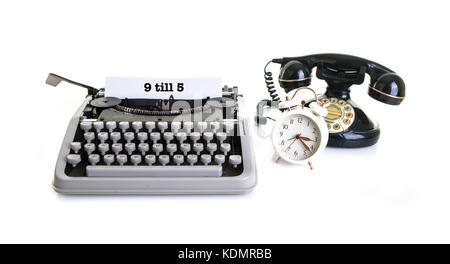Das alte Büro noch Leben mit retro Schreibmaschine, Wecker, Telefon auf einen weißen Hintergrund mit Kopie, Raum - Stockfoto