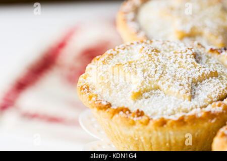 Traditionelle britische Weihnachten Backwaren dessert Hausgemachte mince pies mit Apple Rosinen Nüsse Füllung auf - Stockfoto