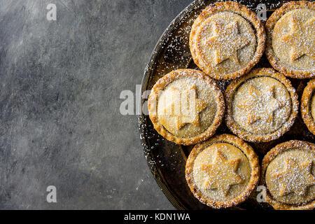 Traditionelle britische Weihnachten Backwaren dessert Hausgemachte mince pies mit Apple Rosinen Nüsse füllen golden - Stockfoto