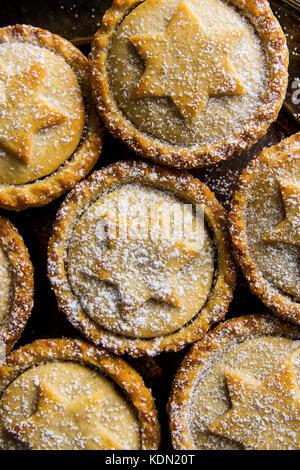 Traditionelle britische Gebäck nachtisch Weihnachten Home gebackene mince pies mit Apple Rosinen Nüsse füllen golden - Stockfoto