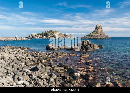 Insel Lachea und ein Meer stack, geologischen Merkmale in acitrezza (Sizilien) - Stockfoto