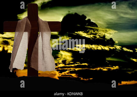 Dramatische Beleuchtung auf christliche Kreuz als Sturm Wolken Hintergrund - Stockfoto