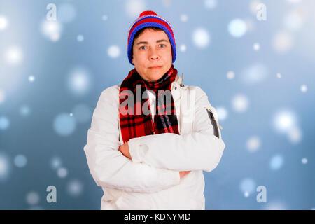 Frau in Winterkleidung mit verschränkten Armen. Im Studio gedreht. - Stockfoto