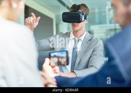Mit VR-Headset im Sitzungssaal - Stockfoto