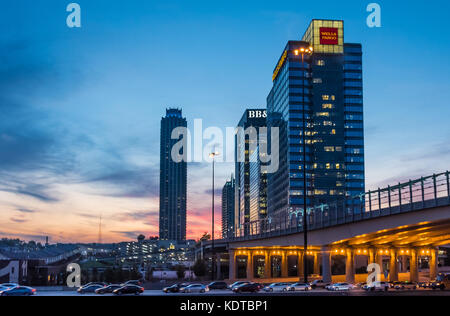 Wells Fargo Gebäude am Atlantic Station in Midtown Atlanta, Georgia mit Blick auf die I -75/85 Downtown Stecker. - Stockfoto