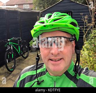 Radfahrer in Grün mit Scott 29er Bike - Stockfoto