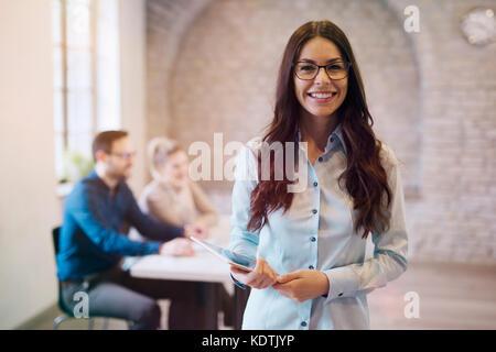 Porträt der jungen schönen Frau designer Holding tablet - Stockfoto