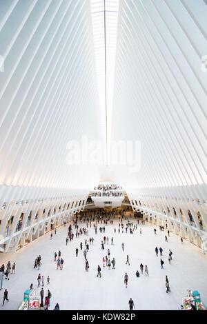 Die beeindruckende Architektur des Oculus am World Trade Center Verkehrsknotenpunkt in New York City, United States - Stockfoto