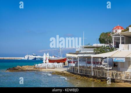 Griechischen Taverne am Meer, Fischerboot als Dekoration und werbetraeger, Mykonos-Stadt, Mykonos, Kykladen, aegaeis, - Stockfoto