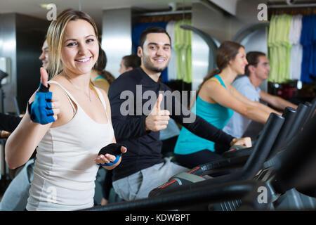 Aktive russische Erwachsene Reiten Fahrräder in Fitness Club - Stockfoto