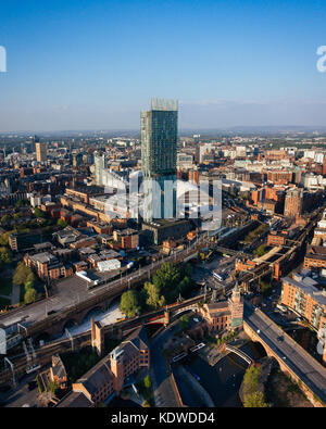 Eine Drohne Blick auf die Skyline von Manchester an einem Sommertag. - Stockfoto