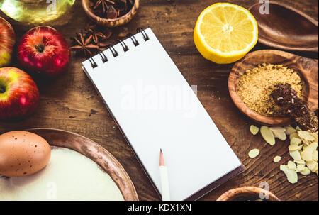 Backen Hintergrund mit Papier für Notizen. Weihnachten und Winter cookies Zutaten. backen Gebäck und Kekse: Äpfel, - Stockfoto