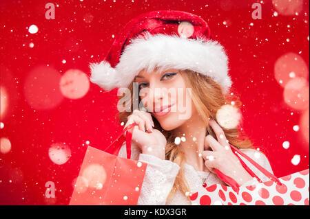 Weihnachten Frau. blonden Model Mädchen in Santa hat über Rot - Stockfoto