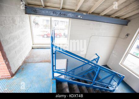 Blau Treppenhaus in einem Parkhaus - Stockfoto