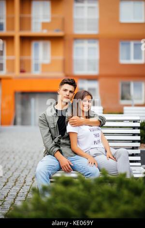 Modische Paar ist die Zeit im Park. - Stockfoto