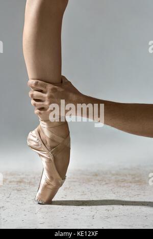 Nahaufnahme von einer Ballerina Fuß auf Punkte in