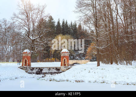 Red Cascade in schneefall Anfang November catherine Winter im Park von Zarskoje Selo in Puschkin, St.-Petersburg, - Stockfoto