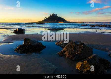 Sonnenaufgang über St. Michaels in Mounts Bay Mount, Marazion, Cornwall, England, Großbritannien. - Stockfoto