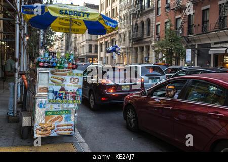 Hot Dog stand auf Bürgersteig auf Street in SoHo, Manhattan, NY. - Stockfoto