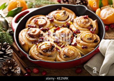 Orange und Cranberry Zimtschnecken für Weihnachten Frühstück - Stockfoto