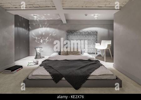 ... Grau Und Weiß Schlafzimmer Mit Etagenbett Und Ziegeldecke   Stockfoto
