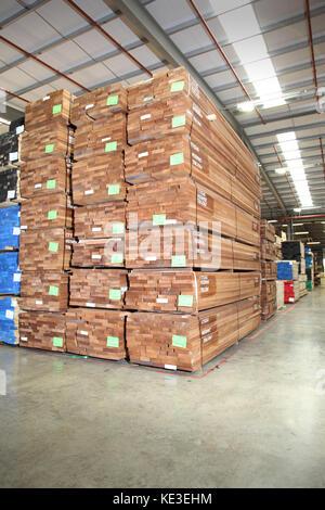 Importierte Schnittholz Bretter in einem modernen, uk Distribution Warehouse gestapelt. - Stockfoto