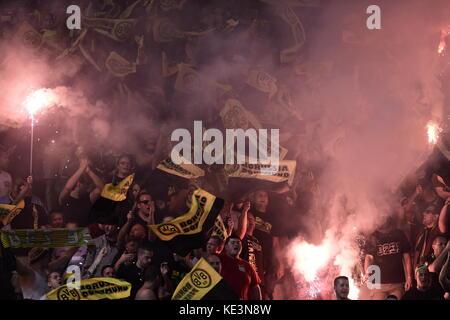 Nikosia, Zypern. 17 Okt, 2017. Fans von Dortmund bis Flares in der Champions League Gruppe halten Stadien qualifikationsspiel - Stockfoto