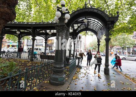 Seattle, USA. 18 Okt, 2017 Seattle, Washington: die Besucher durch das Eisen Pergola am Pioneer Square als der erste - Stockfoto
