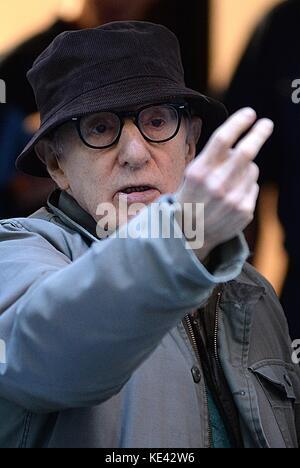 New York, NY, USA. 18 Okt, 2017. Woody Allen auf Position für untitled Woody Allen Projekt Dreh vor Ort, West Village, - Stockfoto