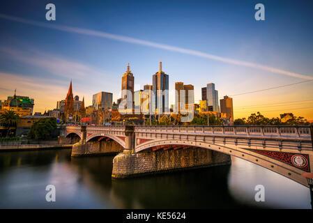 Sonnenuntergang über der Skyline von Melbourne downtown, Prinzessin Brücke und den Fluss Yarra