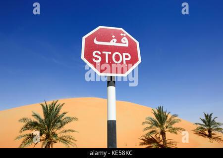 Stop-Schild in den Dünen vor Qasr al Sarab Hotel Liwa Wüste, Abu Dhabi, Vereinigte Arabische Emirate - Stockfoto