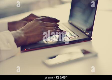 Portrait einer afrikanischen amerikanischen Tippen auf der Tastatur - Stockfoto