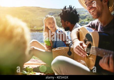 Junge Freunde, Gitarre zu spielen und genießen sonnige Sommer Picknick - Stockfoto