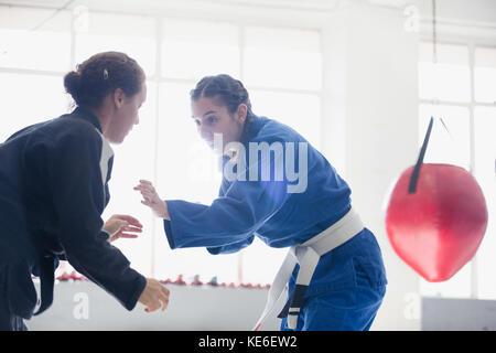 Frauen üben Judo in der Turnhalle - Stockfoto