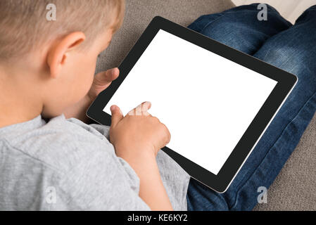 Close-up von niedlichen kleinen Jungen mit digitalen Tablet mit leerer Bildschirm - Stockfoto