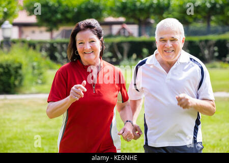 Lächelnd senior Paar zusammen in Park - Stockfoto